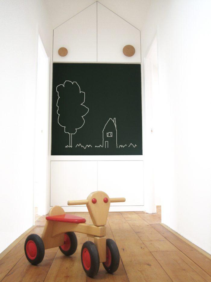 Hal kinderkamers op zolder met krijtbord