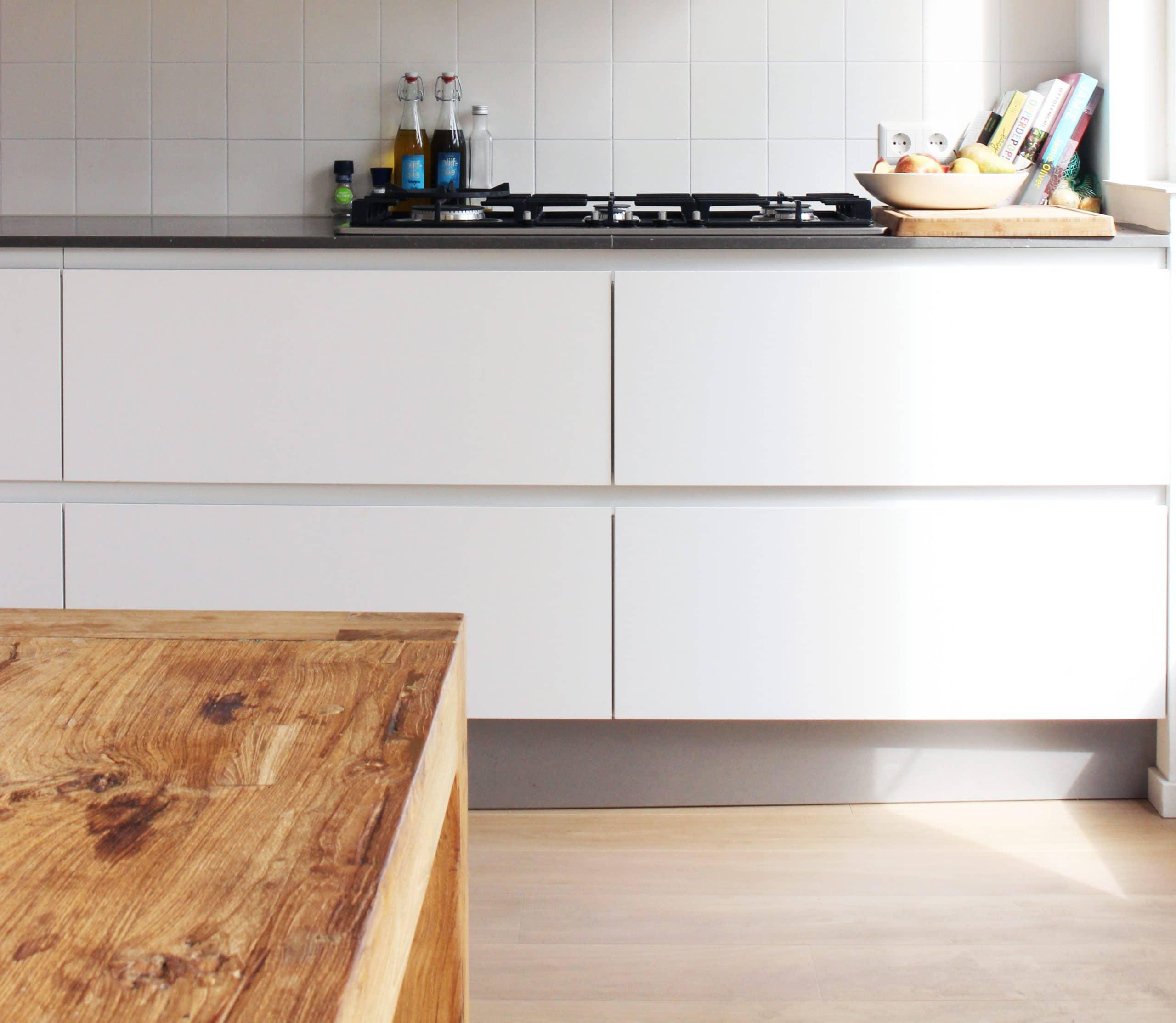 Witte keuken met houten vloer en 15x15 witte tegels
