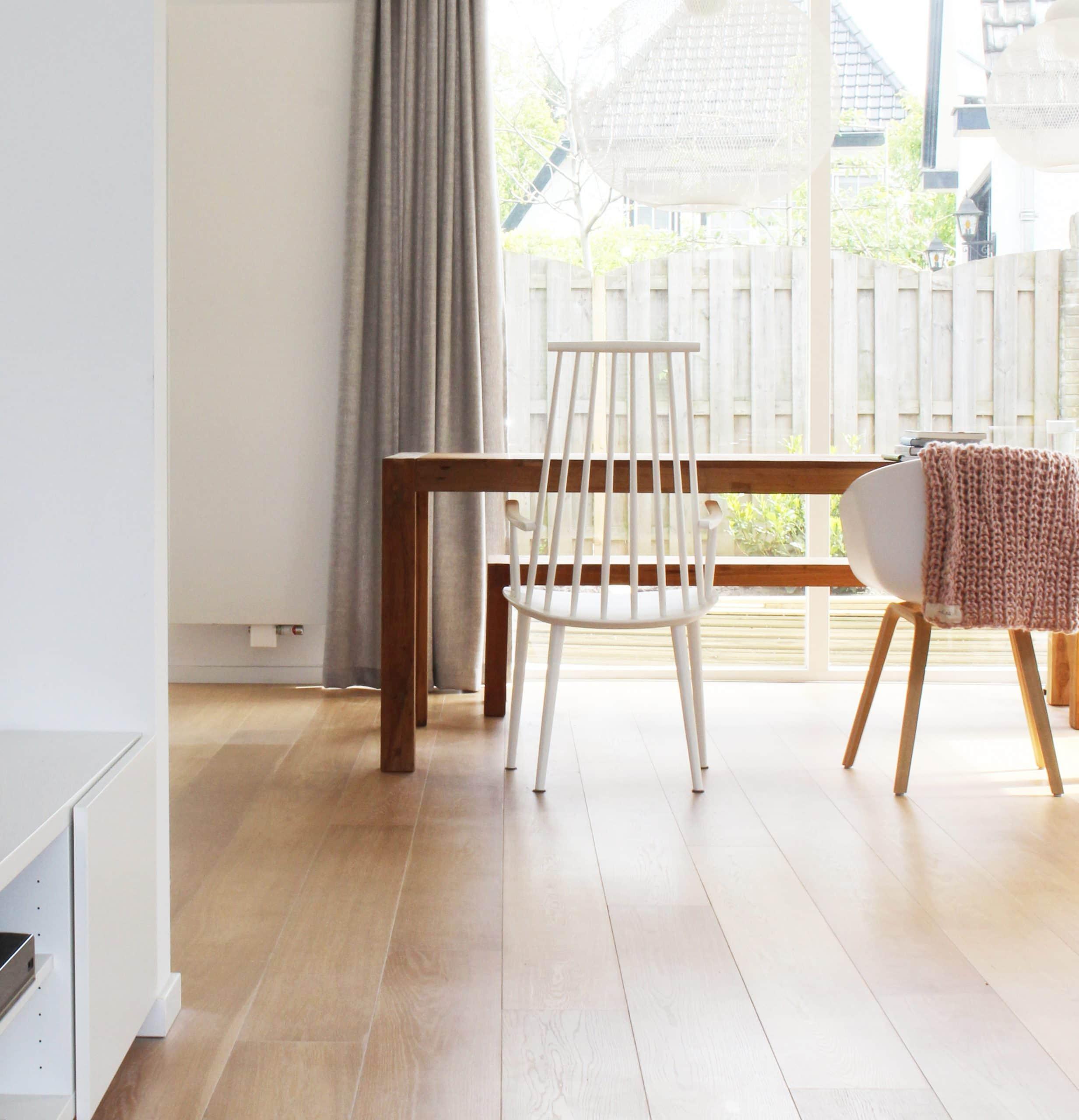 Houten vloer woonkamer met verbinding naar tuin