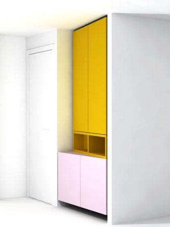 Roze met gele inbouwkast in hal woning Amsterdam